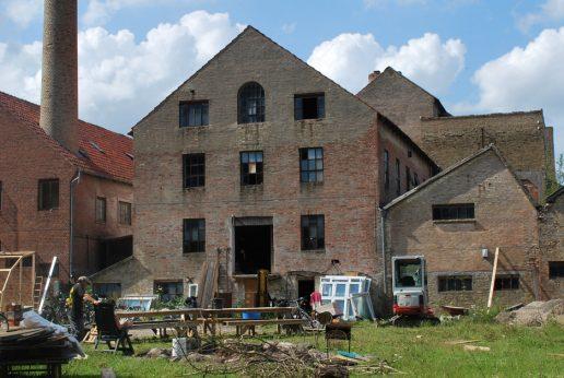 Landsbyen Knabstrup sydvest for Holbæk har i høj grad været præget af Knabstrup Teglværks op- og nedture. Da den sidste del af teglværket endegyldigt lukkede i 1988, ramte det derfor byen hårdt. I 25 år har teglværkets fine gamle bygninger ligget ubrugte hen. Nu har foreningen Makvärket i tre år arbejdet på at puste nyt liv teglværkets keramikfabrik.